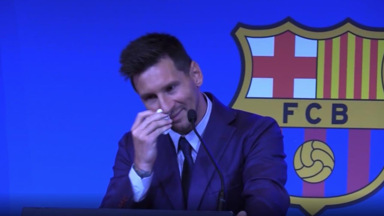 شاهد.. لحظة بكاء ميسي خلال مؤتمر وداع برشلونة