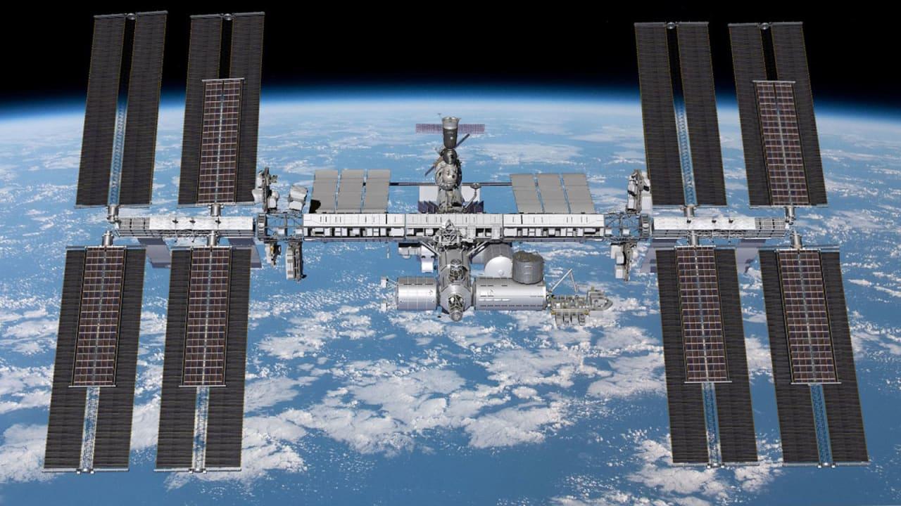 """على متن محطة الفضاء الدولية.. شاهد رواد فضاء وهم يتناولون شرائح من """"البيتزا العائمة"""""""