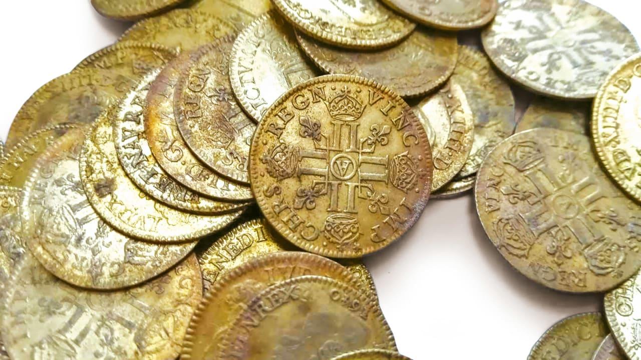 في قصر بفرنسا.. اكتشاف عمال بناء أكثر من مئتي قطعة نقدية ذهبية تفوق قيمتها 350 ألف دولار