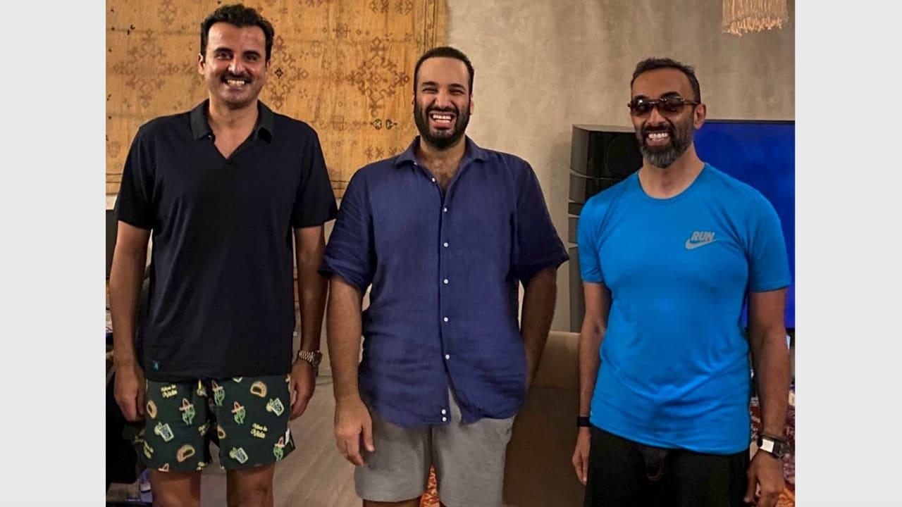 صورة تجمع من اليمين مستشار الأمن الوطني الإماراتي وولي العهد السعودي وأمير قطر