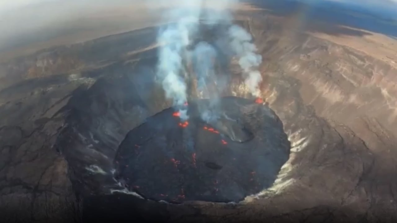 شاهد ما رصدته طائرة عندما اقتربت من فوهة بركان نشط في هاواي