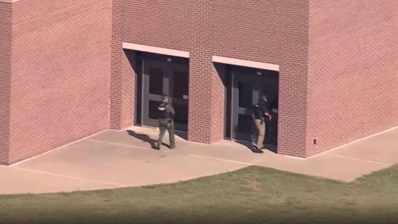 شاهد اللحظات الأولى بعد حادثة إطلاق نار في مدرسة بولاية تكساس