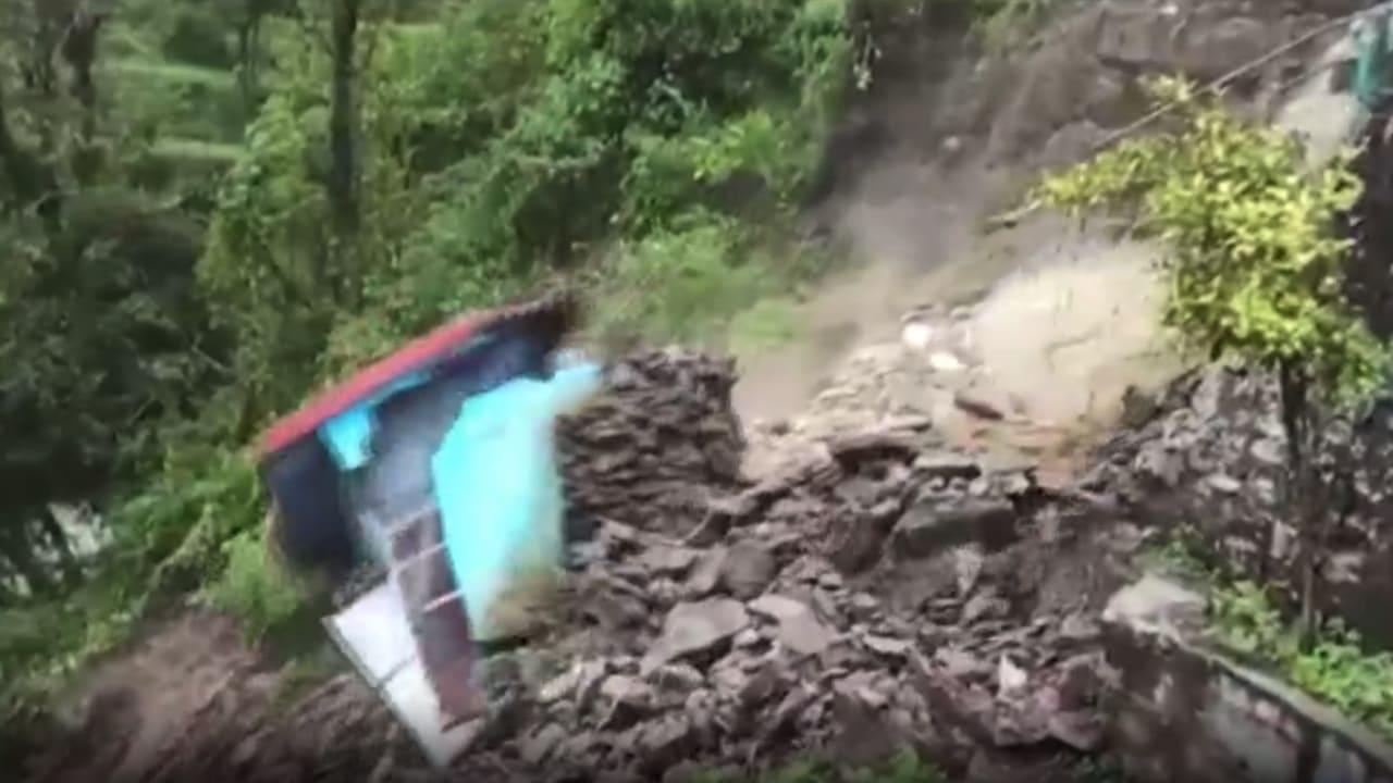 شاهد لحظة انهيار مبنى في الهند جراء الفيضانات الجارفة