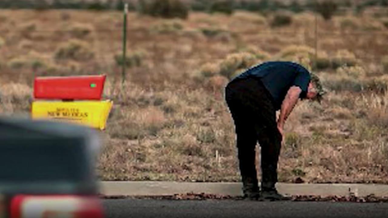 شاهد رد فعل أليك بالدوين إثر مقتل مصورة فيلمه بمقذوف أطلقه من سلاح خلبي