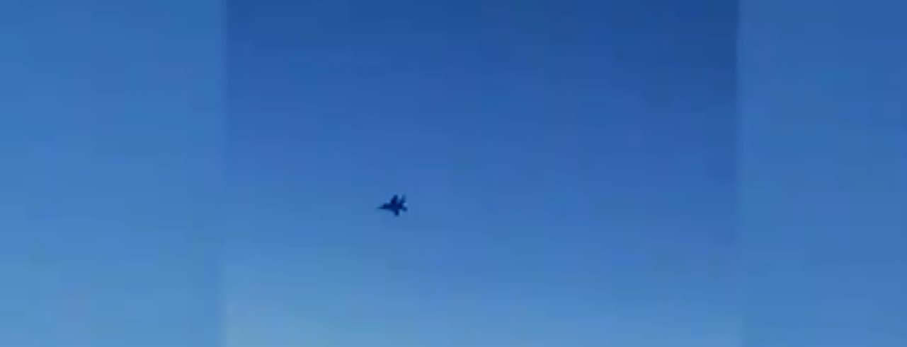 صورة لطائرة حربية أمريكية أثناء اقترابها من طائرة الركاب الإيرانية في الأجواء السورية