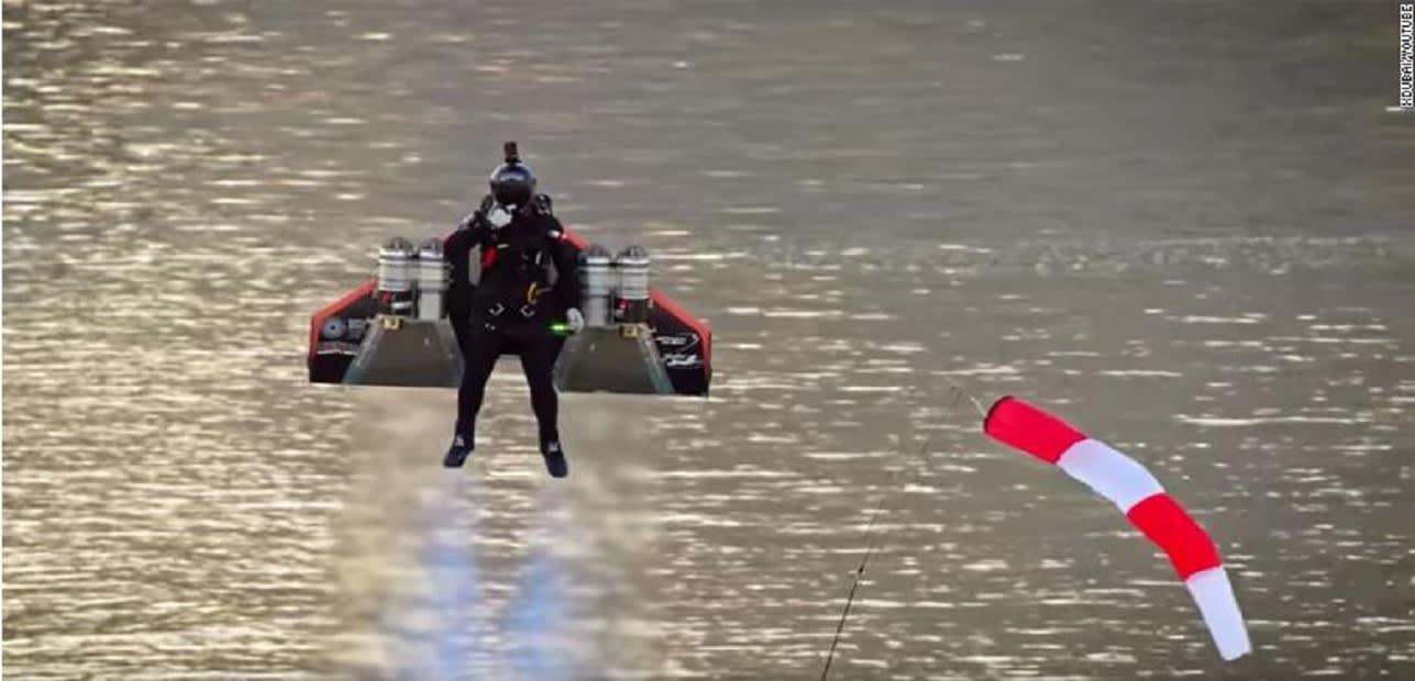 الإمارات.. تجربة ناجحة لطيار بشري بقدرة تحليق ومناورة على ارتفاعات عالية