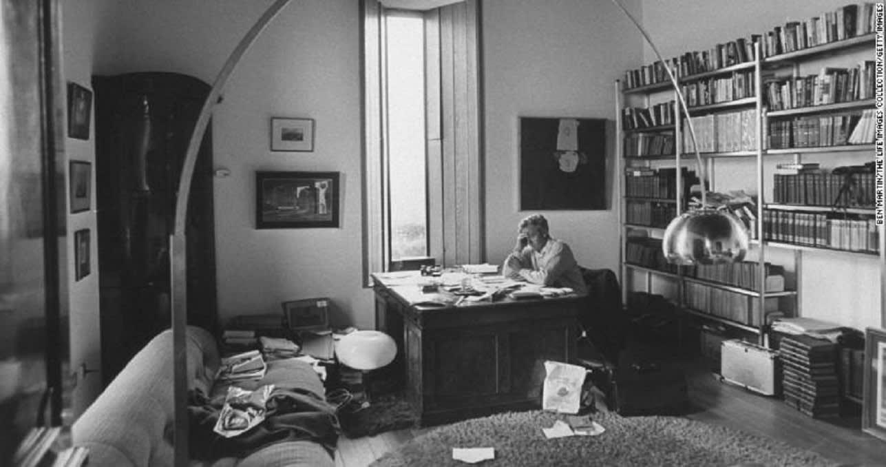 وفاة كاتب أدب الجاسوسية البريطاني جون لو كاريه عن عمر يناهز 89 عاماً