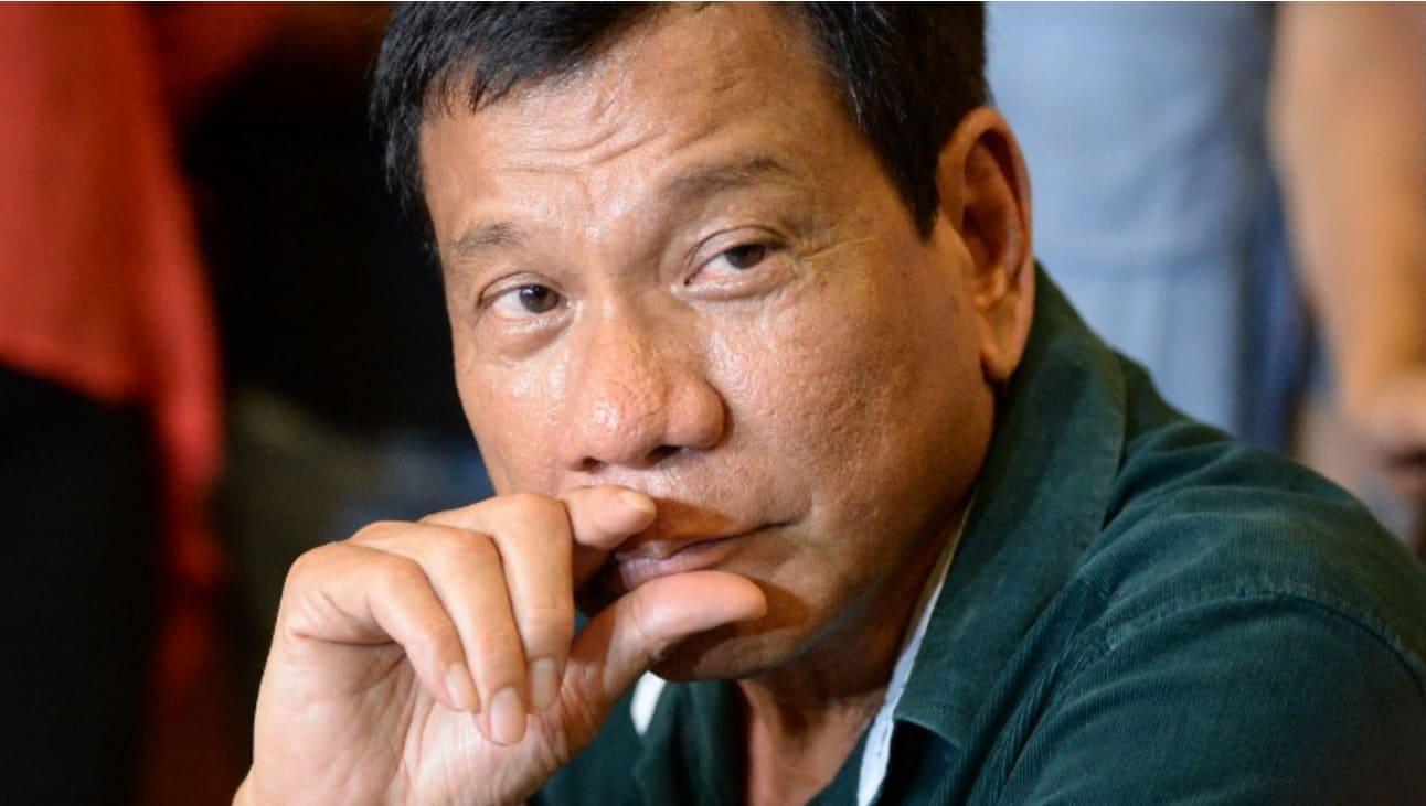 رئيس الفلبين رمى شخصاً من طائرة.. وأكد: قد أكررها