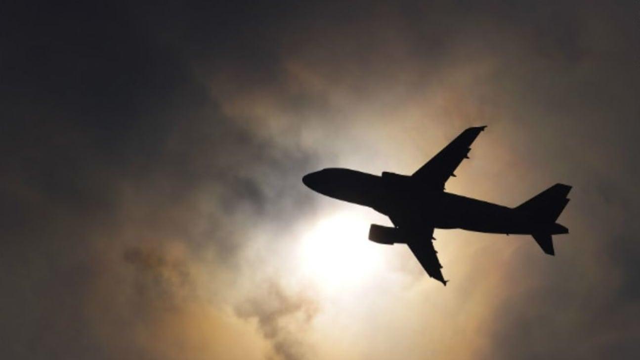 لحظات مرعبة داخل طائرة هوت 30 ألف قدم في غضون دقائق