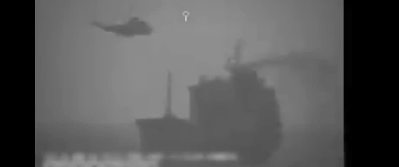 صورة من مقطع فيديو نشرته القيادة المركزية للقوات الأمريكية يظهر استيلاء إيران على سفينة