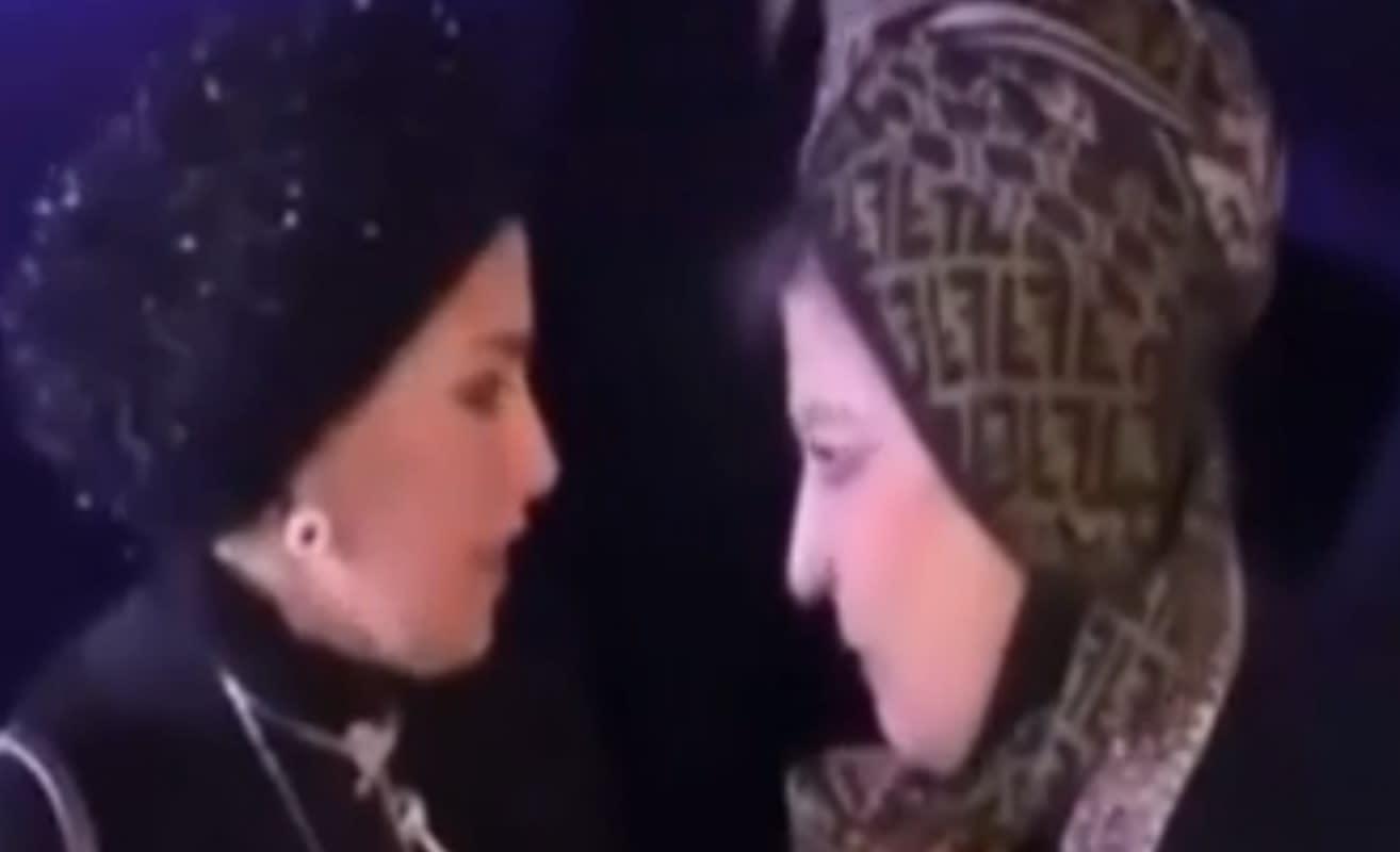 """بالفيديو.. قبلة """"سهير رمزي وصابرين"""" تثير ضجة واسعة.. ومغردون: هل هذا هو الإسلام الوسطي؟"""