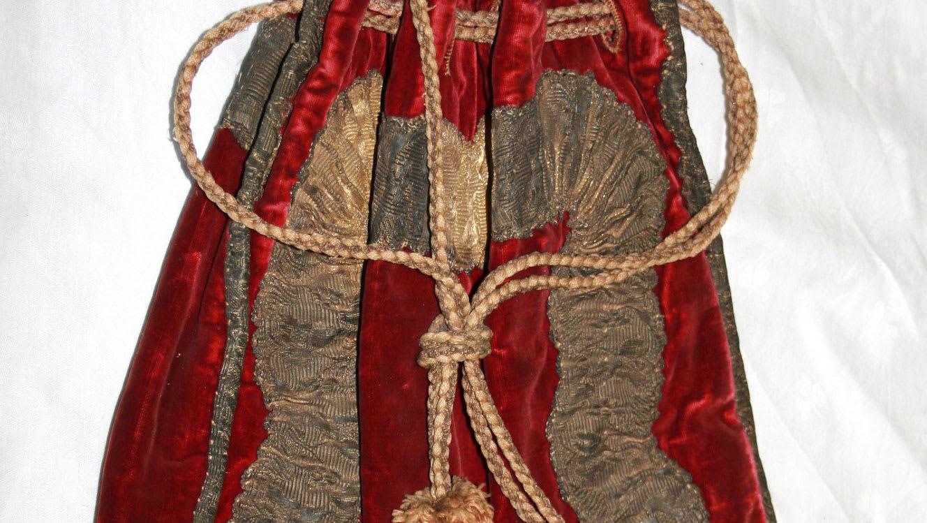 هل وُجد رأس جثة معدمة من القرن الـ17 في هذه الحقيبة الحمراء؟