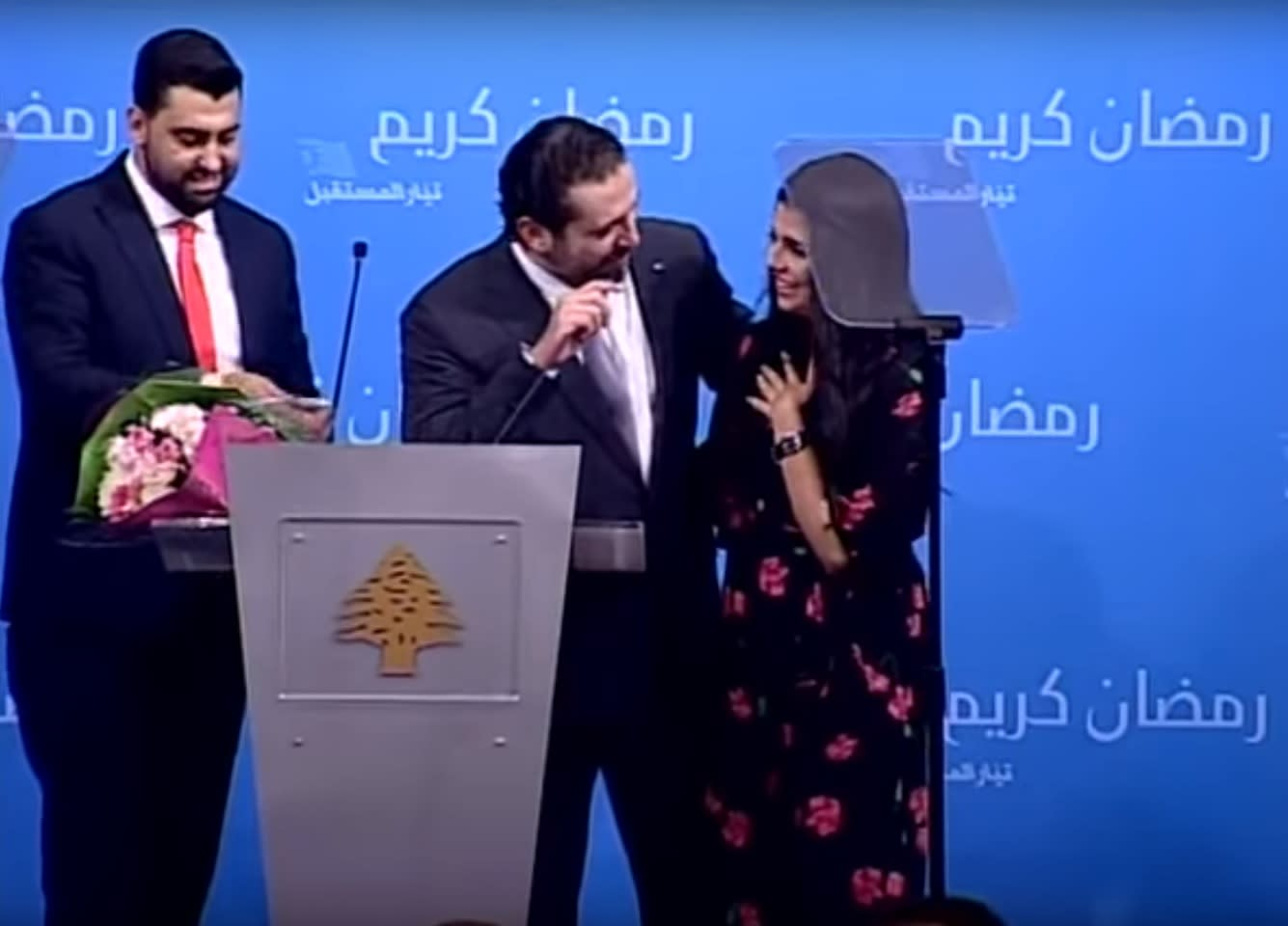 شاهد.. رئيس وزراء لبنان يفاجئ فتاة بعرض زواج أثناء حفل إفطار في بيروت