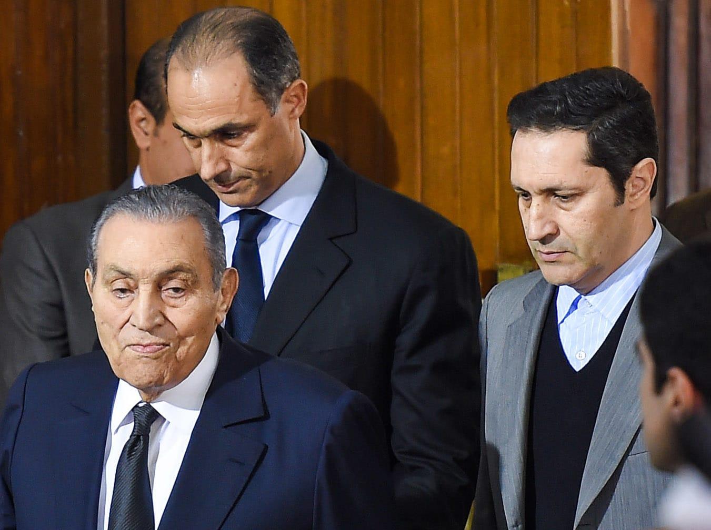 صورة أرشيفية لحسني مبارك ونجليه في محكمة مصرية في ديسمبر 2018