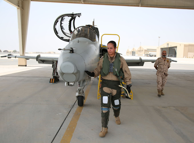 من هي الشيخة عائشة أول بحرينية تقود طائرة حربية في البحرين؟