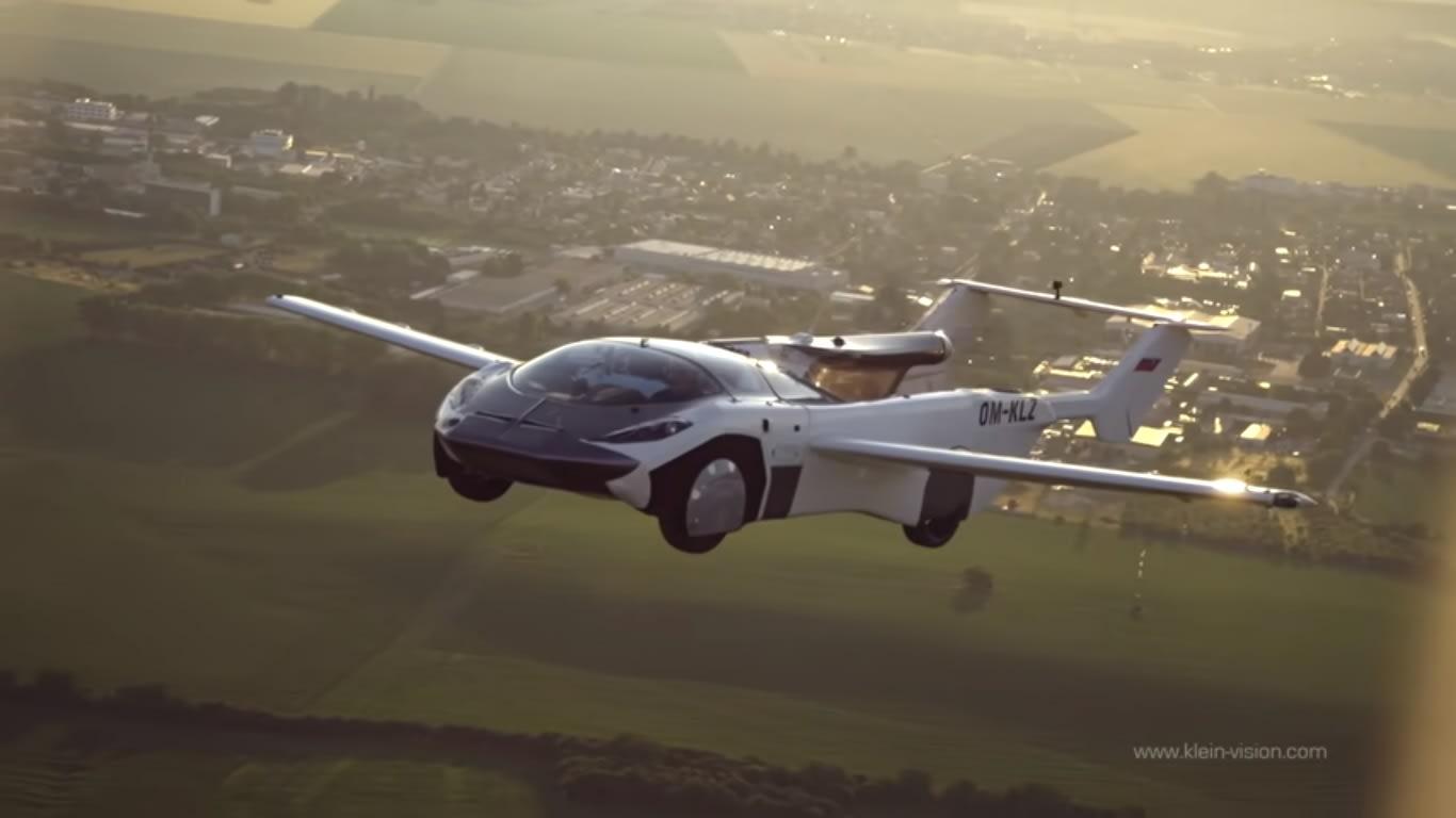 سيارة طائرة تكمل رحلة تجريبية مدتها 35 دقيقة في سلوفاكيا