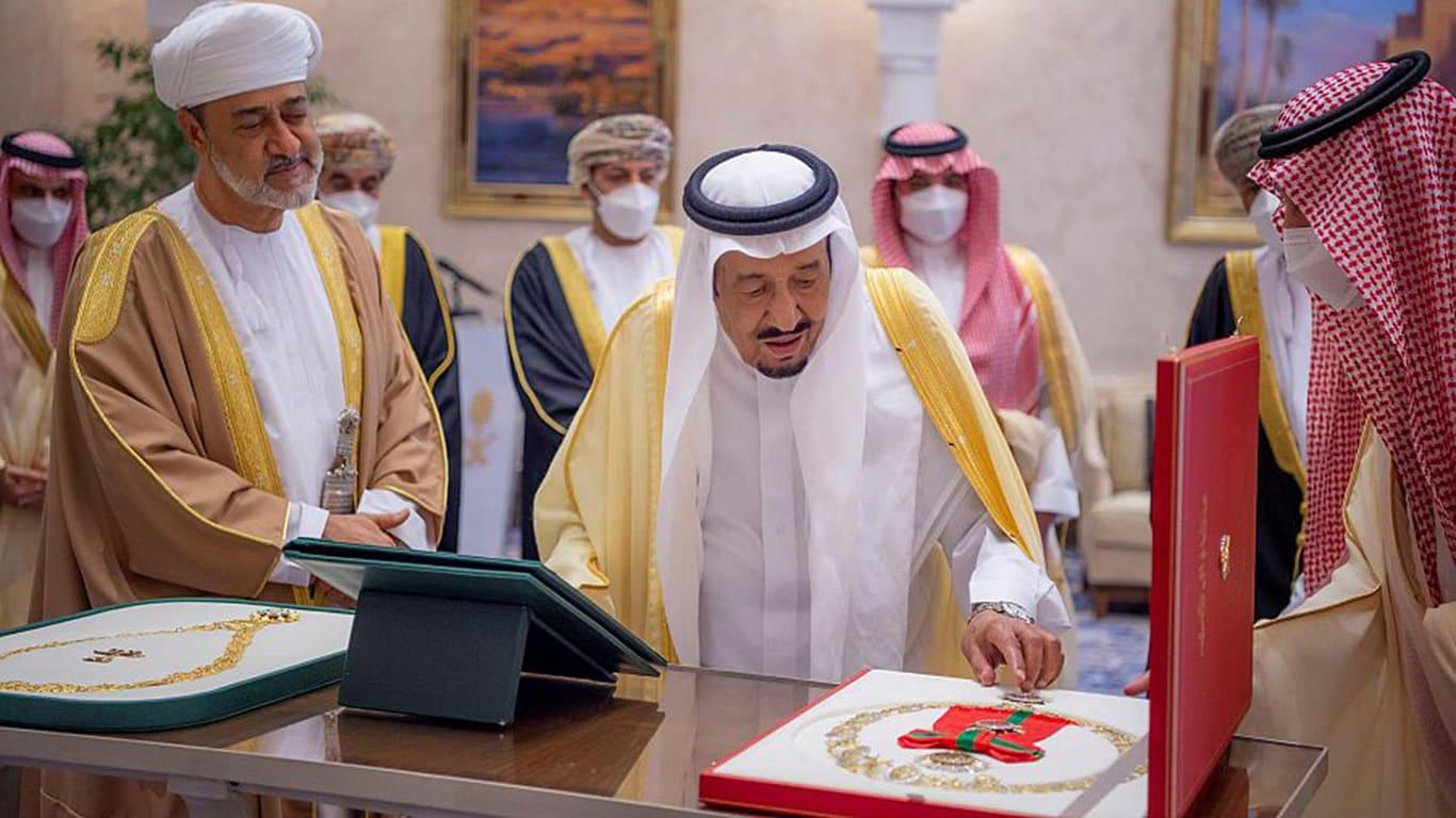العاهل السعودي وسلطان عُمان يتبادلان قلادة الملك عبدالعزيز ووسام آل سعيد