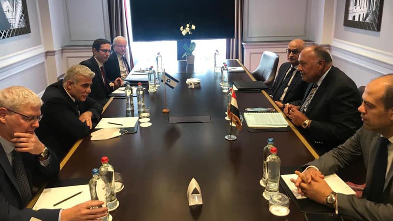 """وزير الخارجية المصري يلتقي نظيره الإسرائيلي.. ويؤكد ضرورة """"حلحلة الجمود"""""""