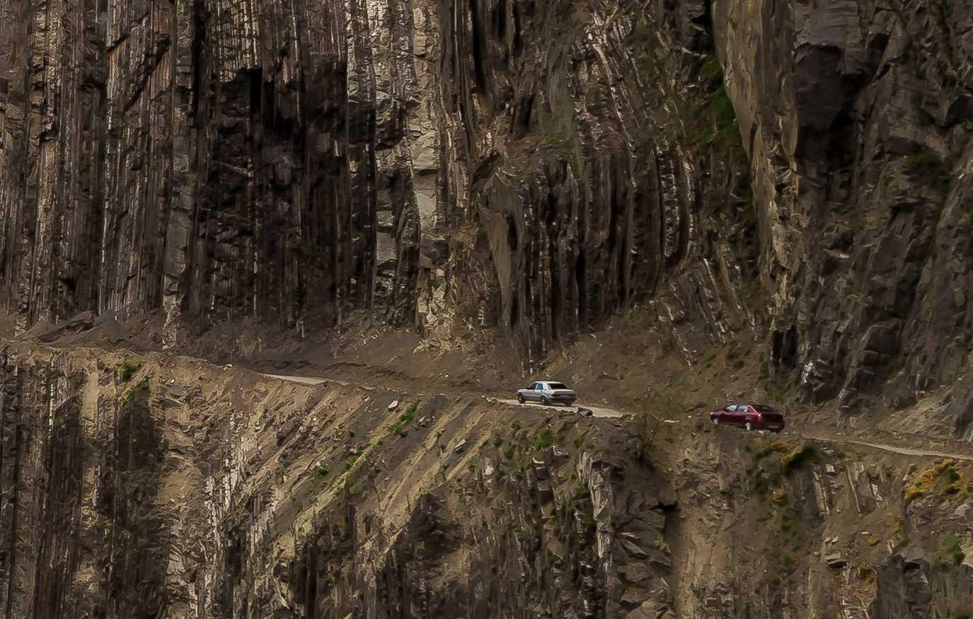 يجمع بين الخطر والجمال.. مصور يروي تجربته المشبعة بالأدرينالين على طريق شديد الخطورة بأذربيجان