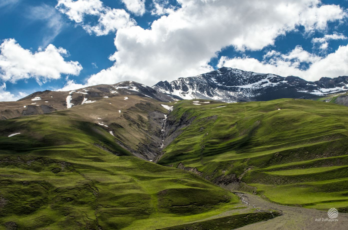 بين السحب.. إليك مشاهد ساحرة في الطريق لأعلى قمة بأذربيجان