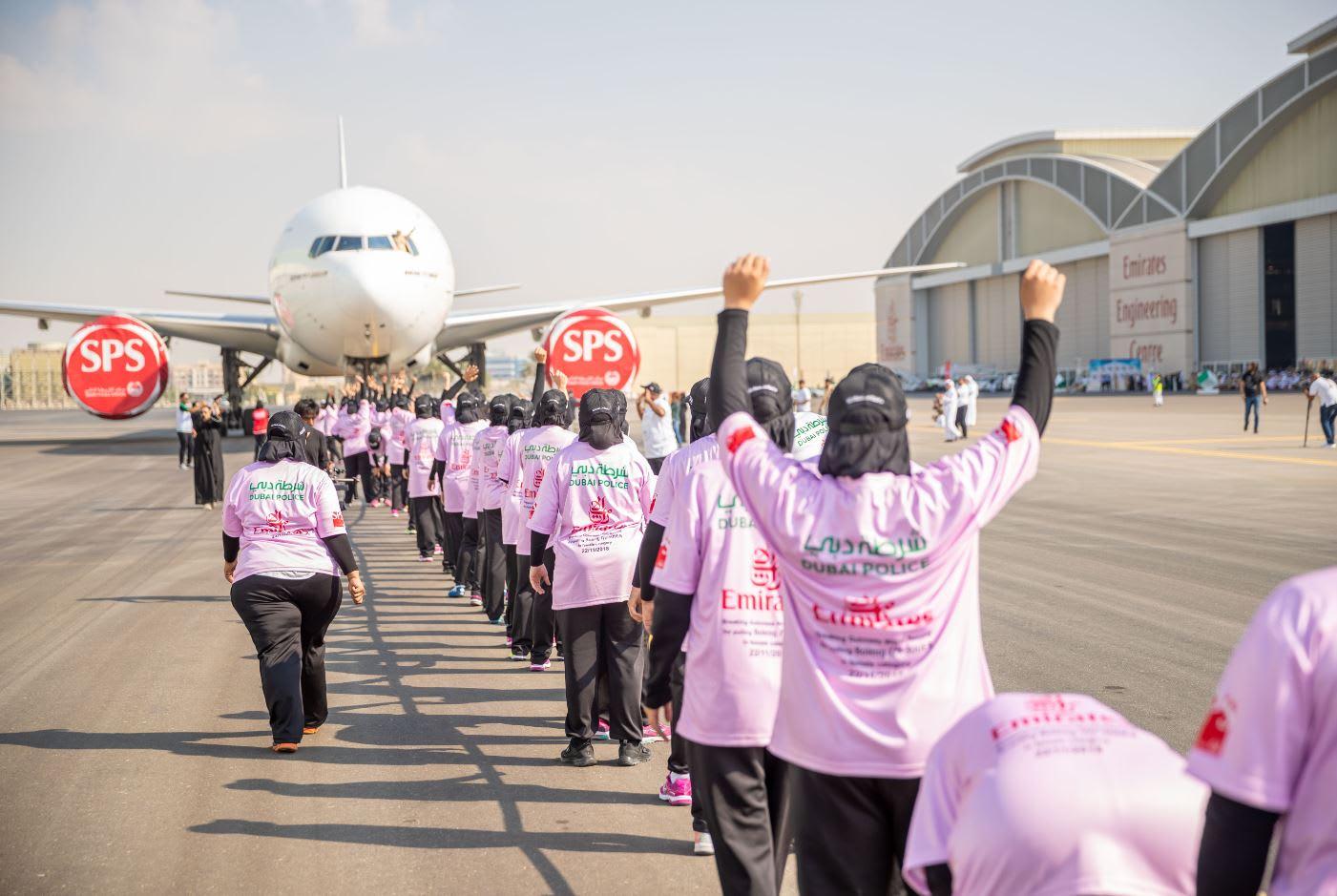 """77 امرأة في شرطة دبي.. يسحبن طائرة بوينغ ويدخلن موسوعة """"غينيس"""""""