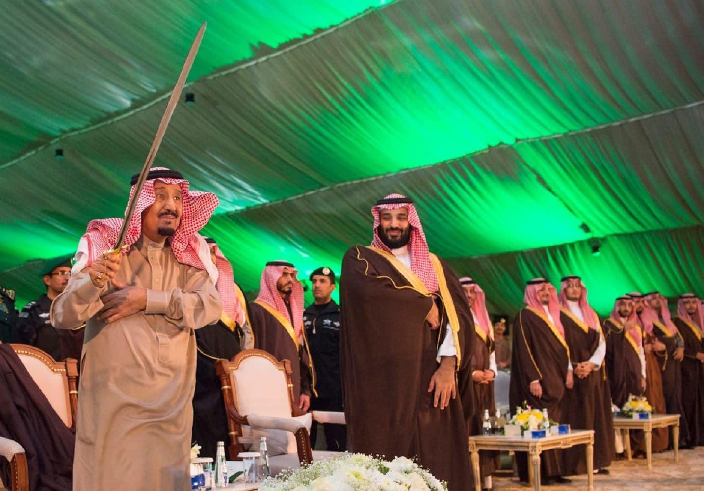 الملك سلمان يؤدي العرضة السعودية بجوار ولي العهد في تبوك