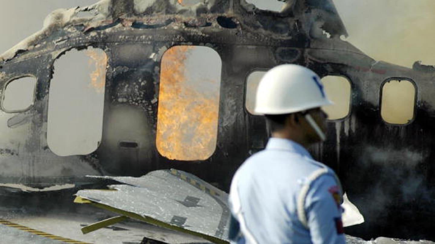 المشاهد الأولية بعد تحطم طائرة إندونيسية في البحر