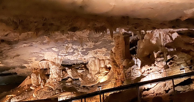 """""""أعجوبة طبيعية تحت الأرض"""".. اكتشف أسرار كهف الهوتة بسلطنة عمان"""