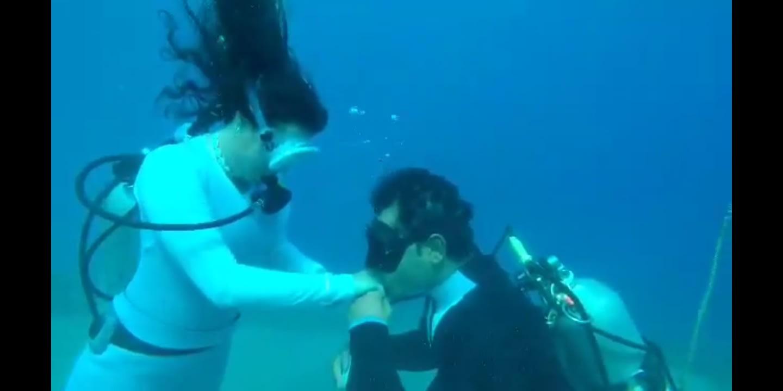.غواص مصري يفاجأ حبيبته بحفل خطبة في أعماق البحر بدهب