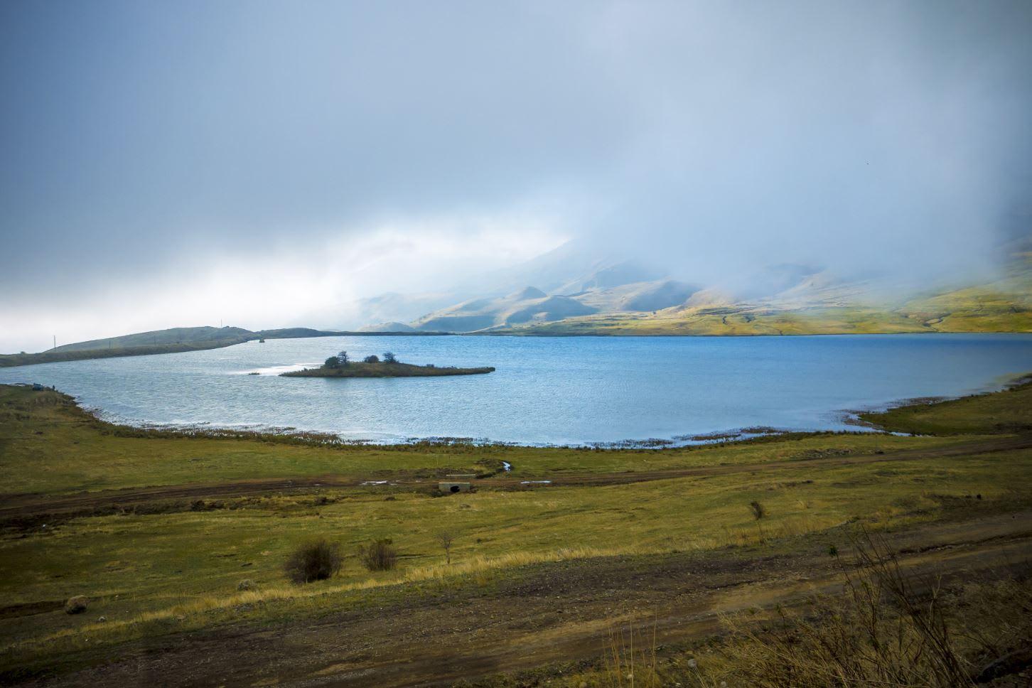 """بحيرة غريبة تجذب الزائرين.. ما سر """"الجزيرة"""" التي تتحرك في وسطها؟"""