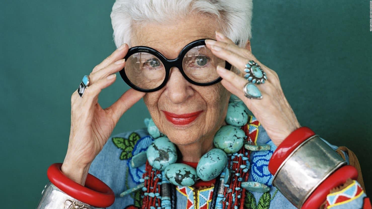 أيقونة تصميم في 97 من عمرها توقع عقد لعرض الأزياء.. فمن هي؟