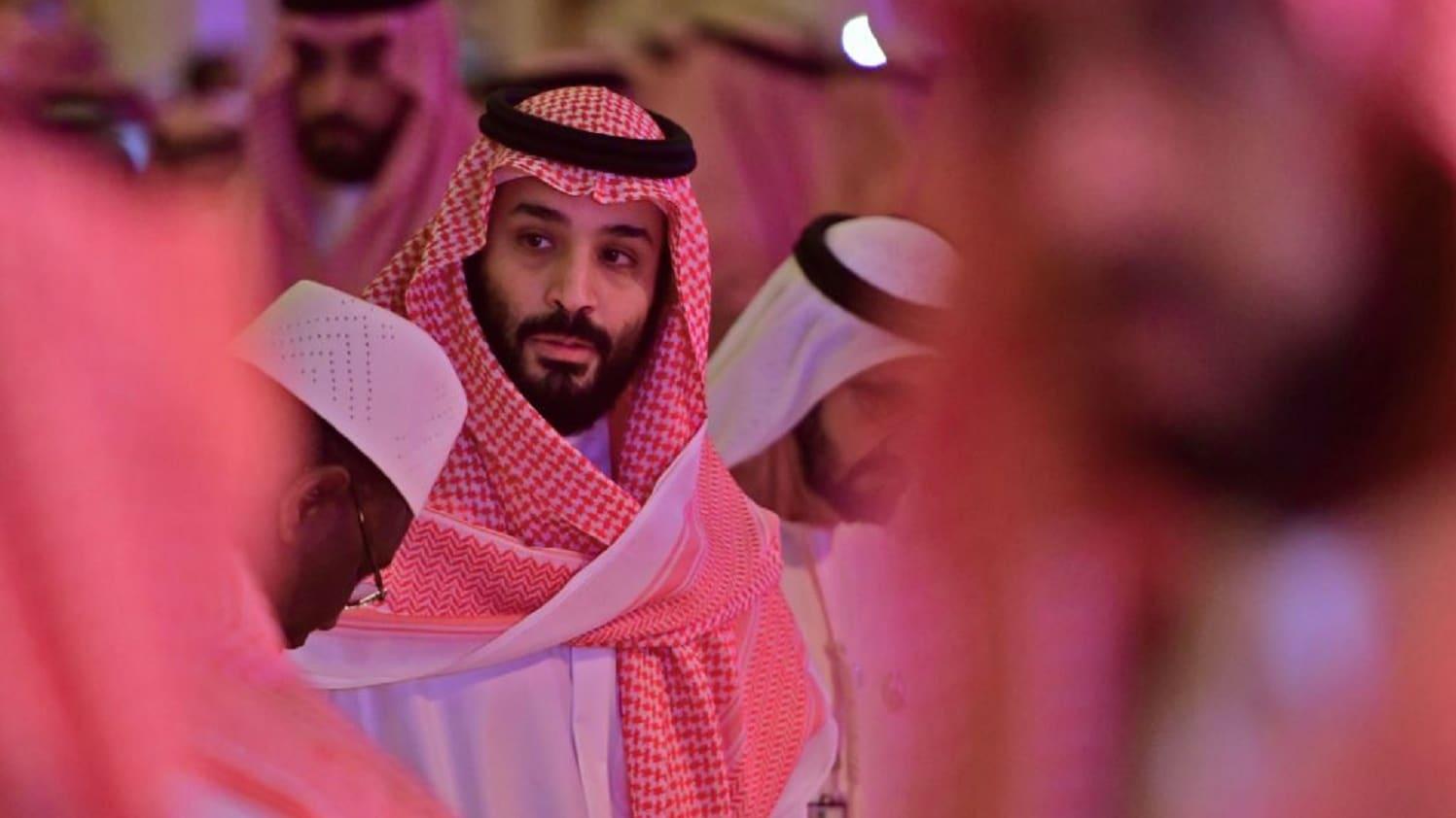 محمد بن سلمان يلتقط صور سيلفي مع حضور بمؤتمر قمة الاستثمار