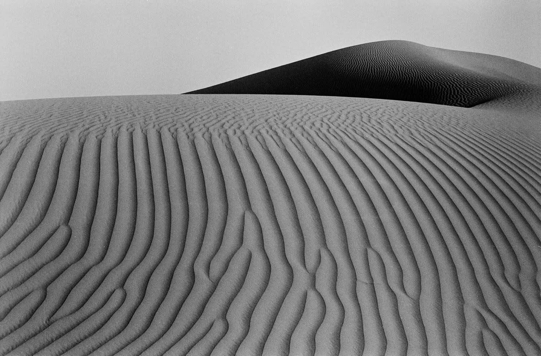 مشاهد صحراوية تتحول إلى لوحات حية خلال عدسة هذا المصور