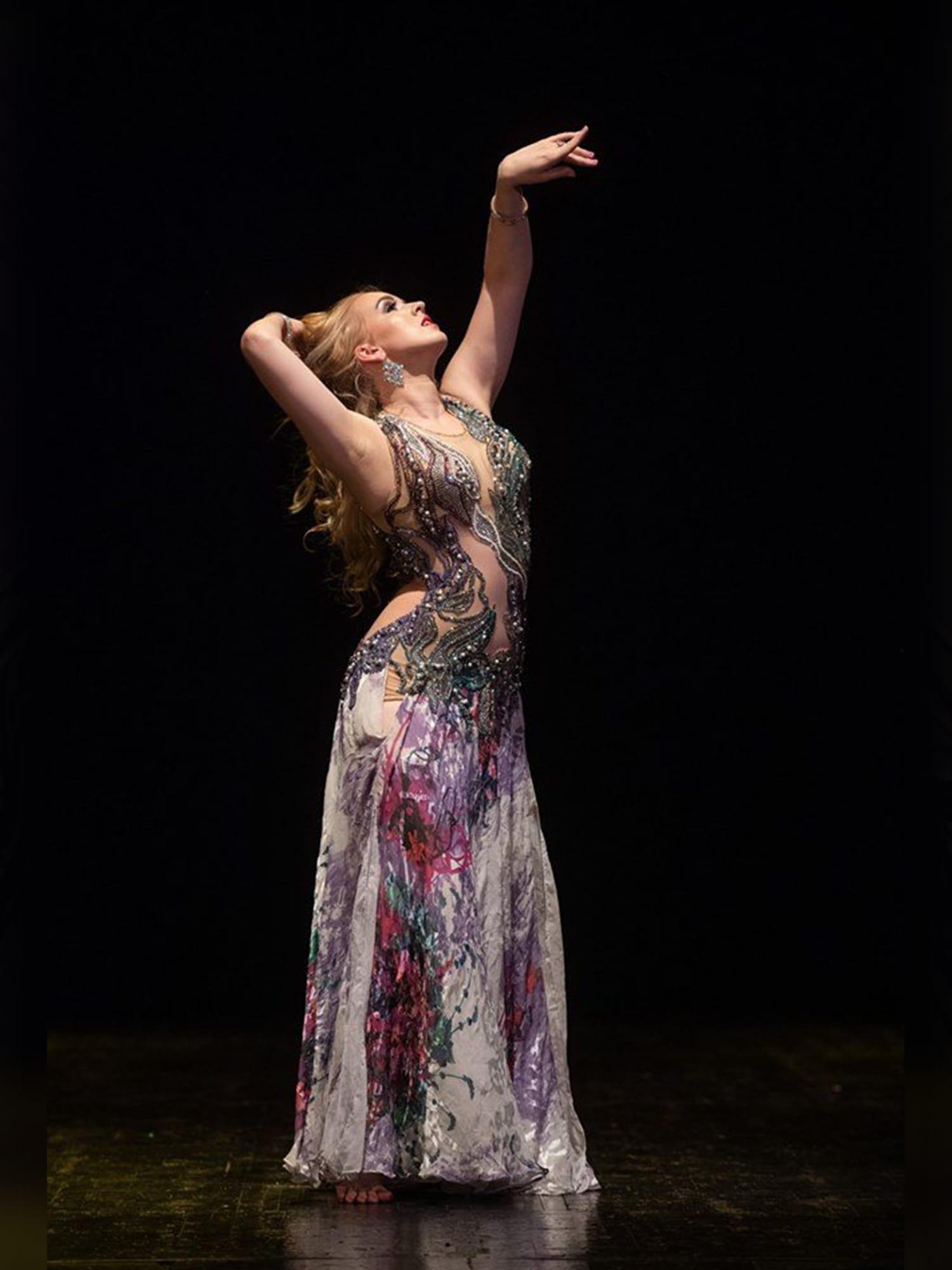 """صممت لفيفي عبده ولوسي.. تعرف إلى """"كوكو شانيل"""" الرقص الشرقي"""