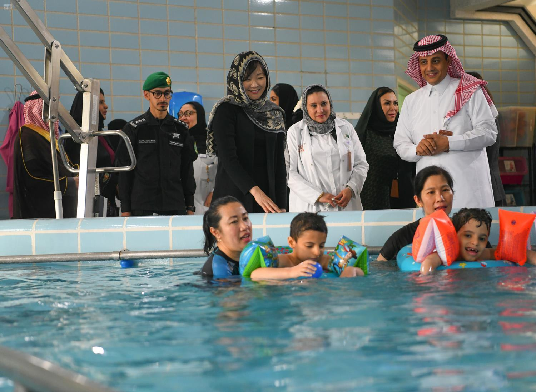 بالزي السعودي وبين الفرق الشعبية.. رئيس الوزراء الياباني يتعرف لثقافة المملكة