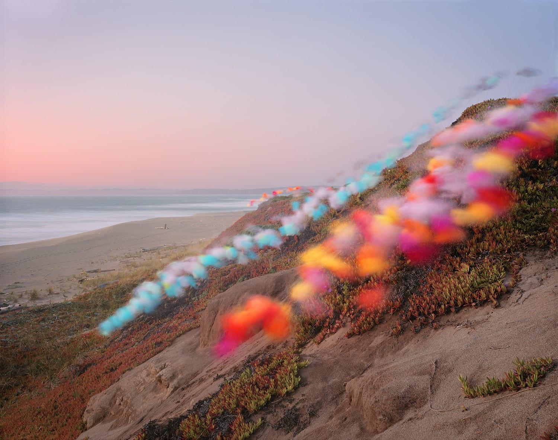 """صور تركت الأشخاص مرتبكين.. ألق نظرة على """"الغيوم الملونة"""" التي اجتاحت سواحل كاليفورنيا"""