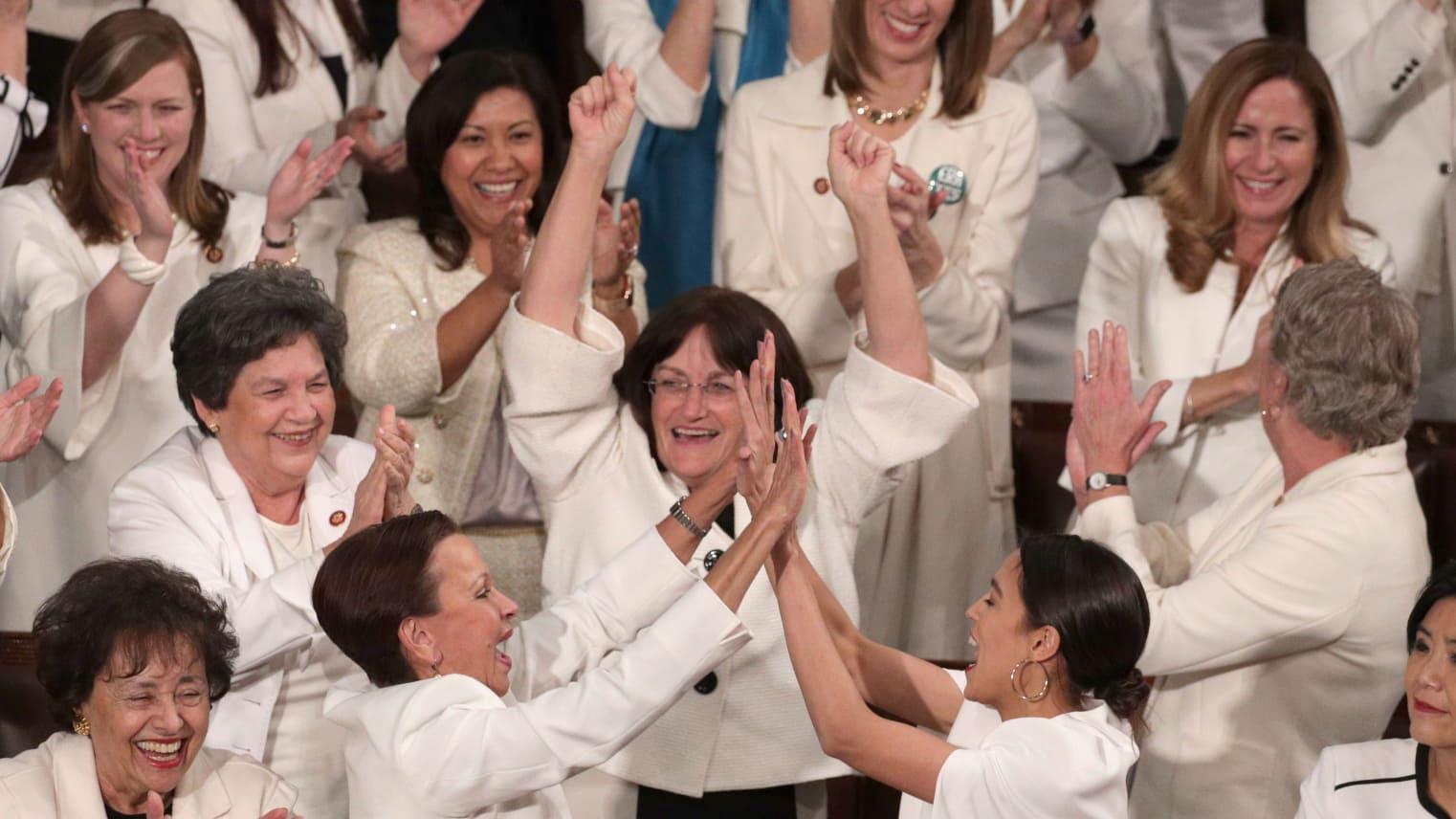 ما سر ارتداء هذه الأزياء البيضاء أثناء خطاب ترامب؟