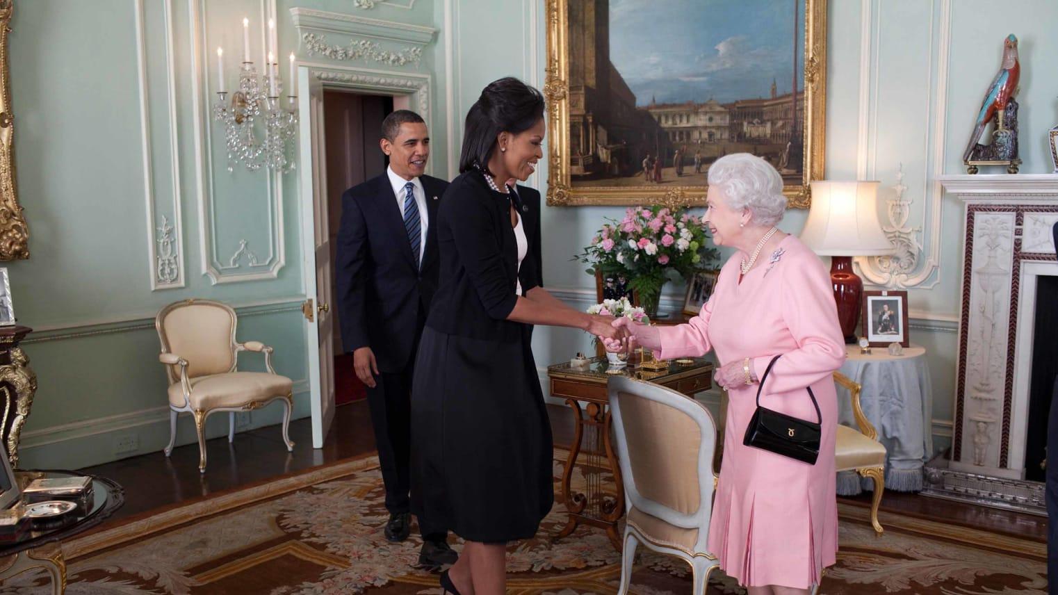 5 أسرار لم تكونوا تعرفونها عن الملكة..ترويها مصممة ثيابها