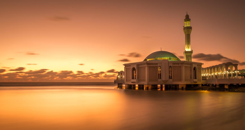 """مصور يوثق """"المسجد العائم"""" في السعودية.. ما السر وراءه؟"""