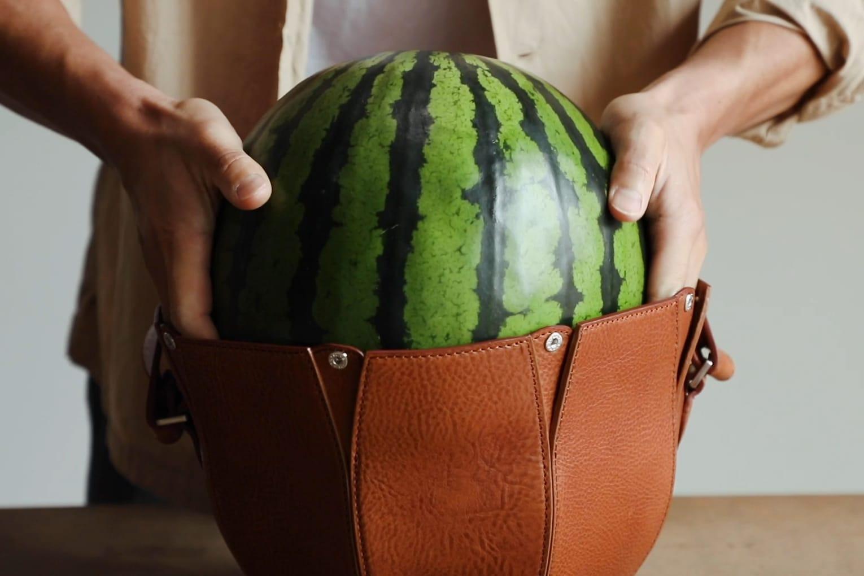 لحمل البطيخ بأناقة.. ابتكر ياباني حقيبة فاخرة خاصة لهذه الفاكهة الصيفية