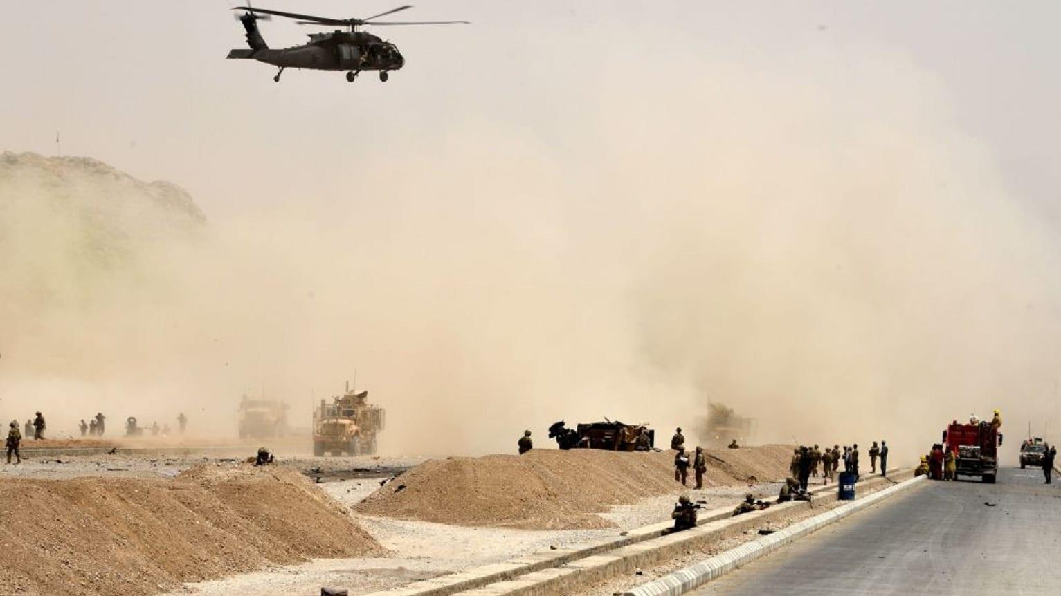 شاهد.. آثار الانفجارات التي أودت بحياة 29 شخصاً بينهم 8 صحفيين في أفغانستان