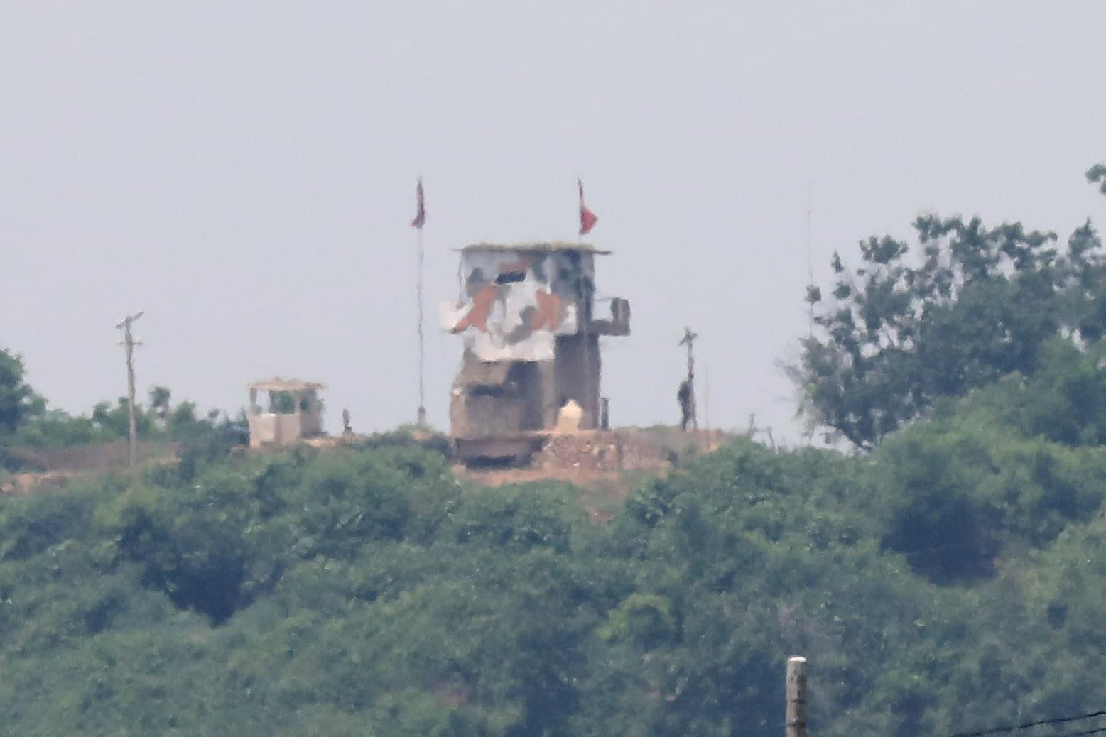 جندي كوري شمالي يقف بجوار إحدى النقاط الحدودية مع كوريا الجنوبية