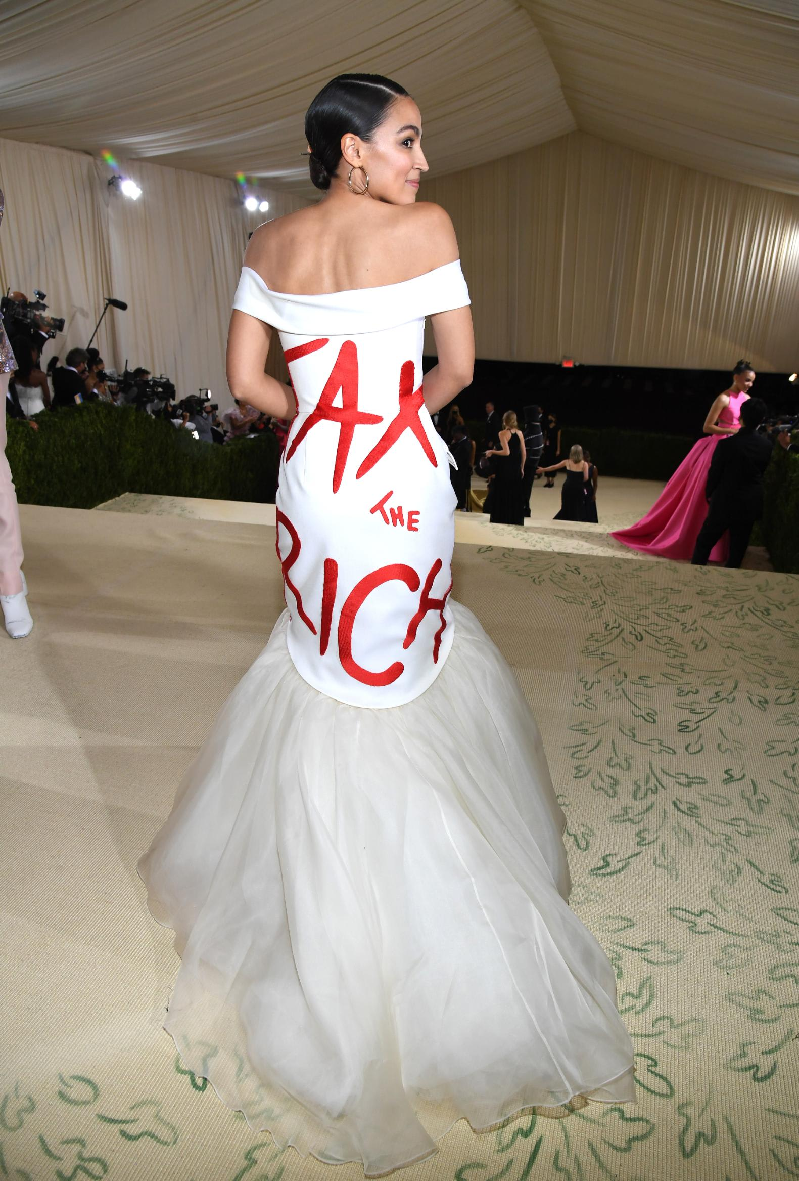 """بحفل """"ميت غالا""""..عضوة الكونغرس ألكسندريا أوكاسيو كورتيز توجه رسالة سياسية بفستانها"""