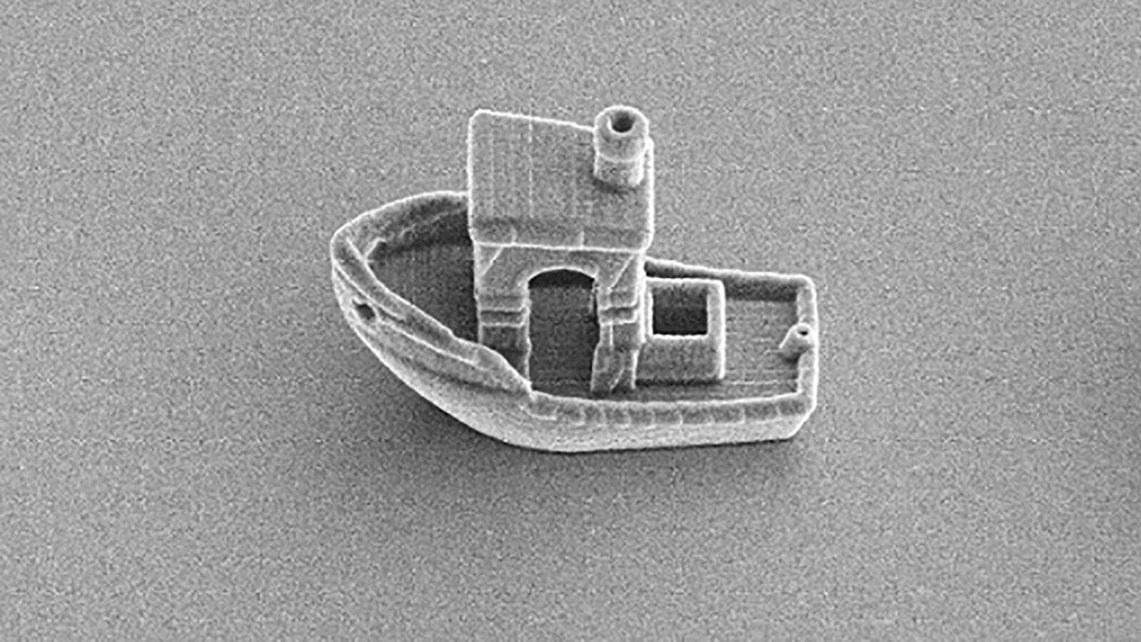 """""""يمكنه الإبحار عبر شعرة بشرية"""".. علماء يبتكرون أصغر قارب في العالم"""