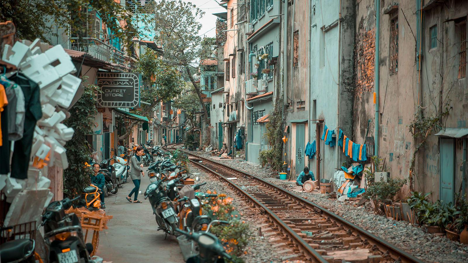 """رغم خطورتها.. سكة قطار تصبح وجهة """"سيلفي"""" المفضلة بفيتنام"""