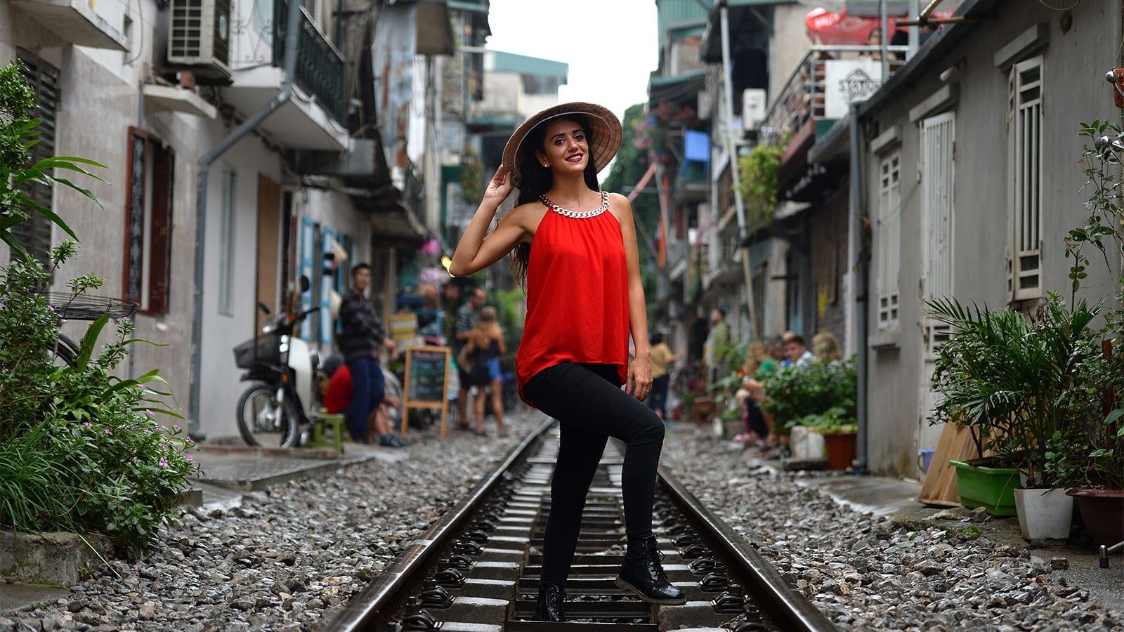"""رغم خطورتها.. سكة قطار تصبح وجهة """"السيلفي"""" المفضلة بفيتنام"""