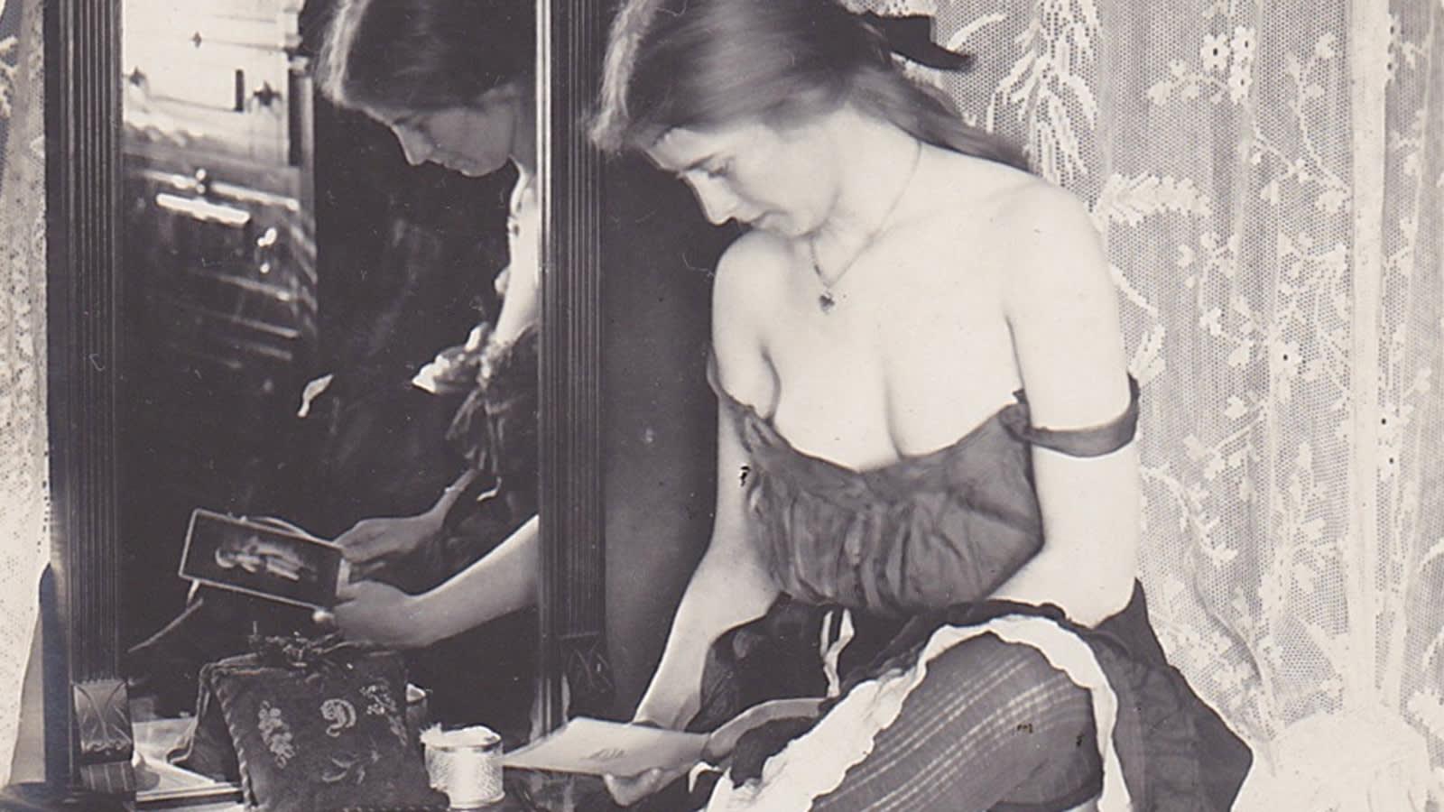 """صور نادرة توفر نظرة حساسة على أوائل """"الفتيات العاملات"""" في أمريكا"""