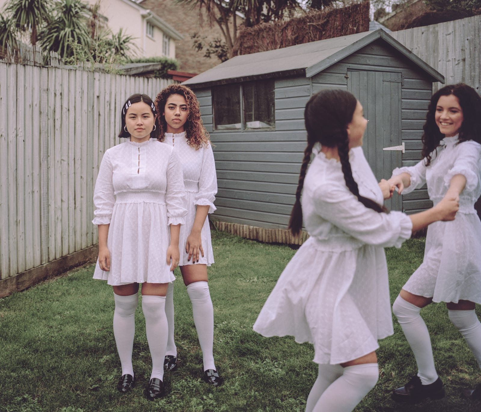 مصورة تستكشف روابط الصداقة بين الفتيات