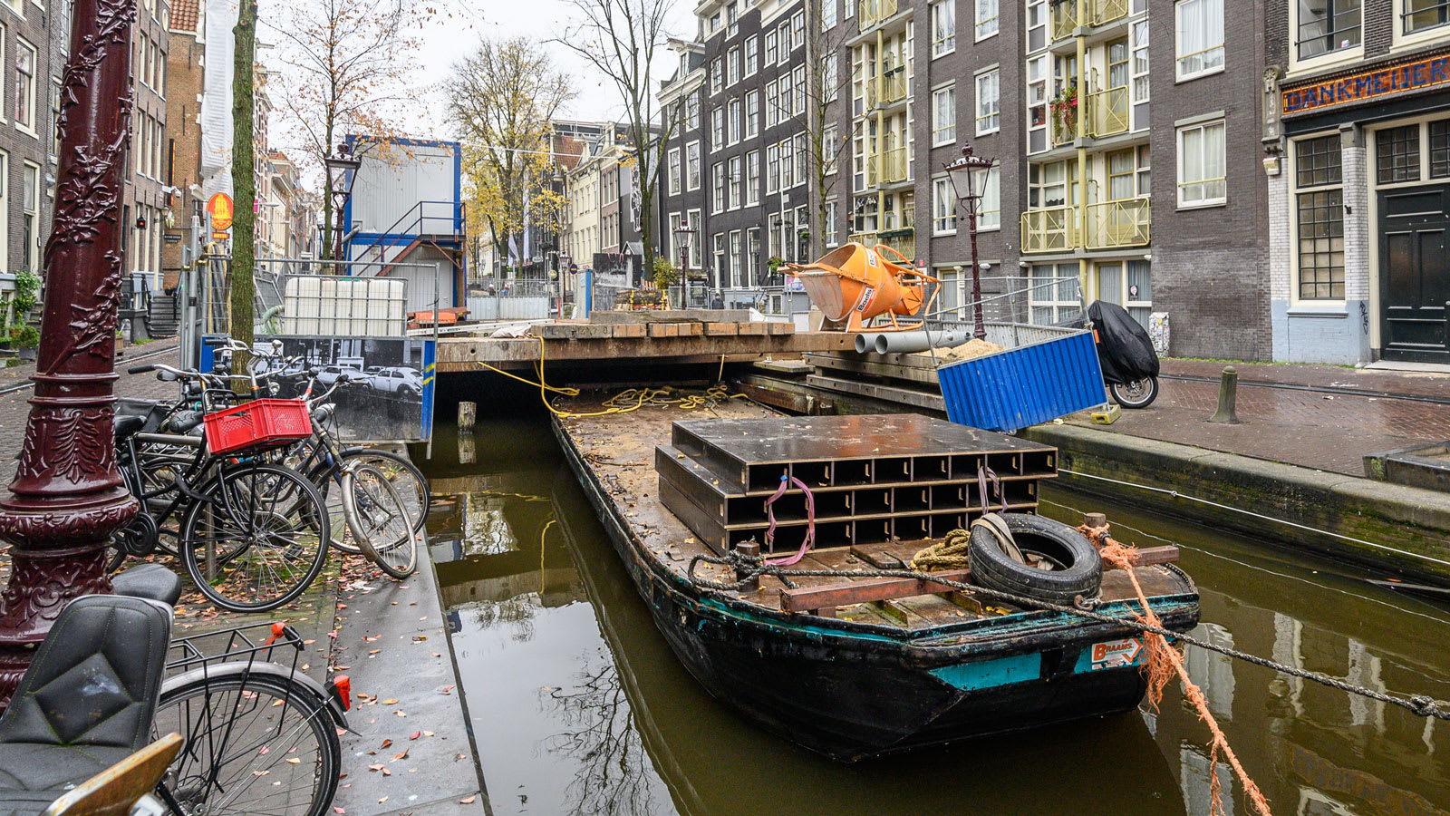 تظهر الشقوق والحفر على طول الممرات المائية في العاصمة الهولندية ، بينما تنهار جدران الرصيف أمام المراكب