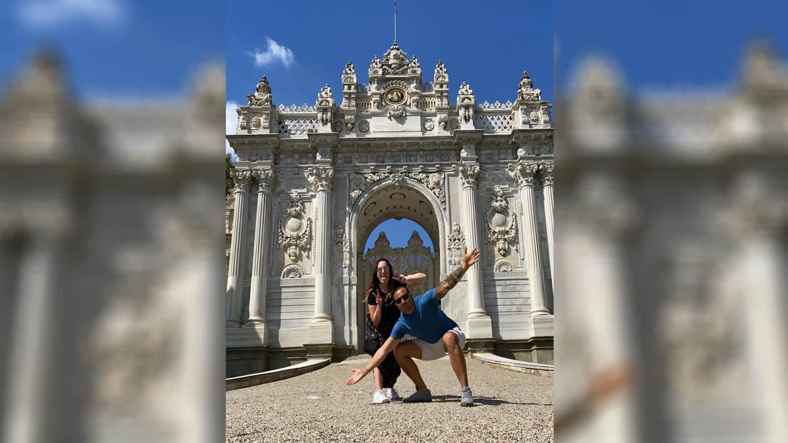 غريبان قررا قضاء إجازة معا في تركيا بعد رفض أي شخص السفر معهما